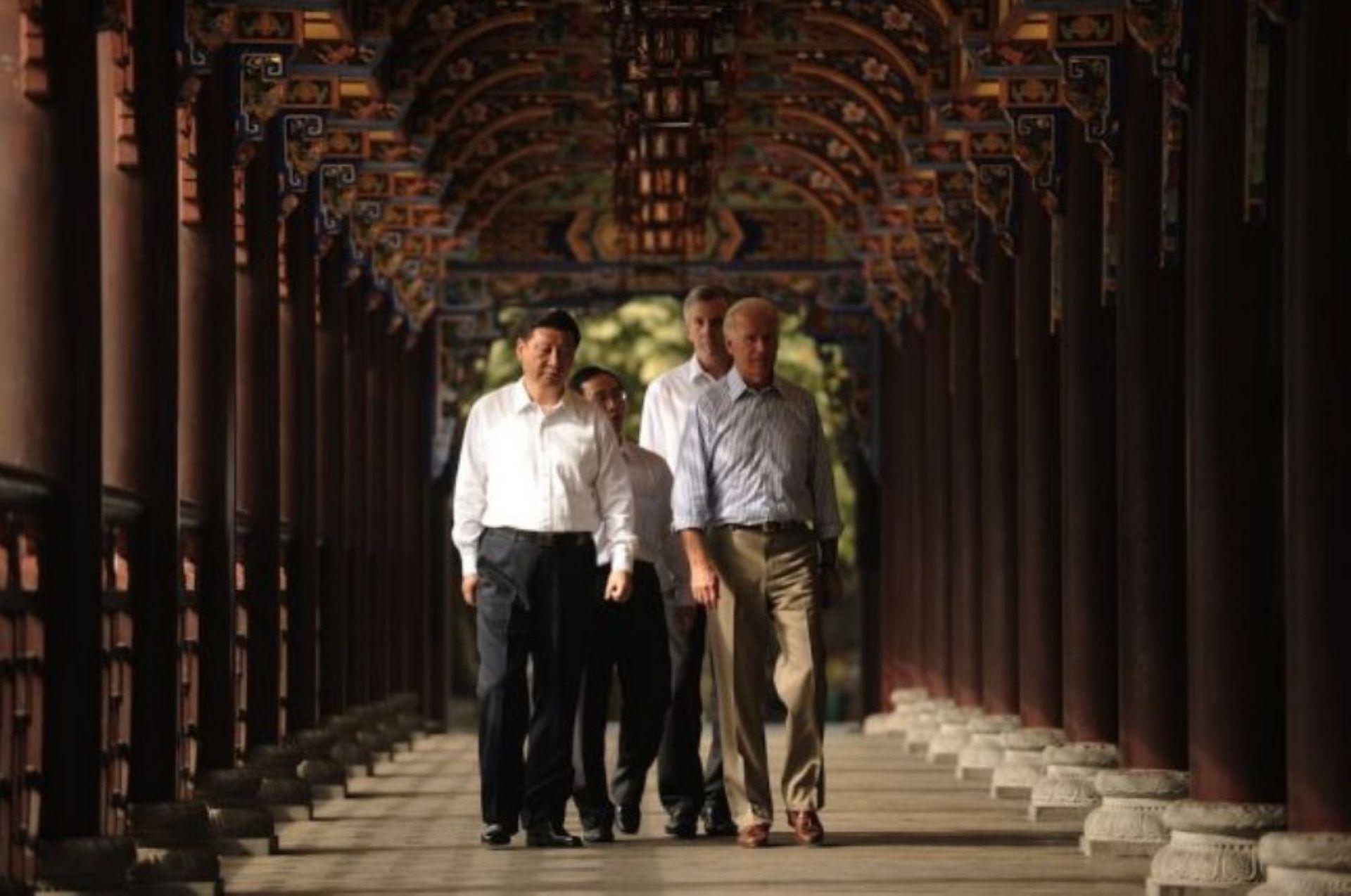 2011年8月21日,习近平和拜登一同参观了都江堰灌溉系统。(新华社)