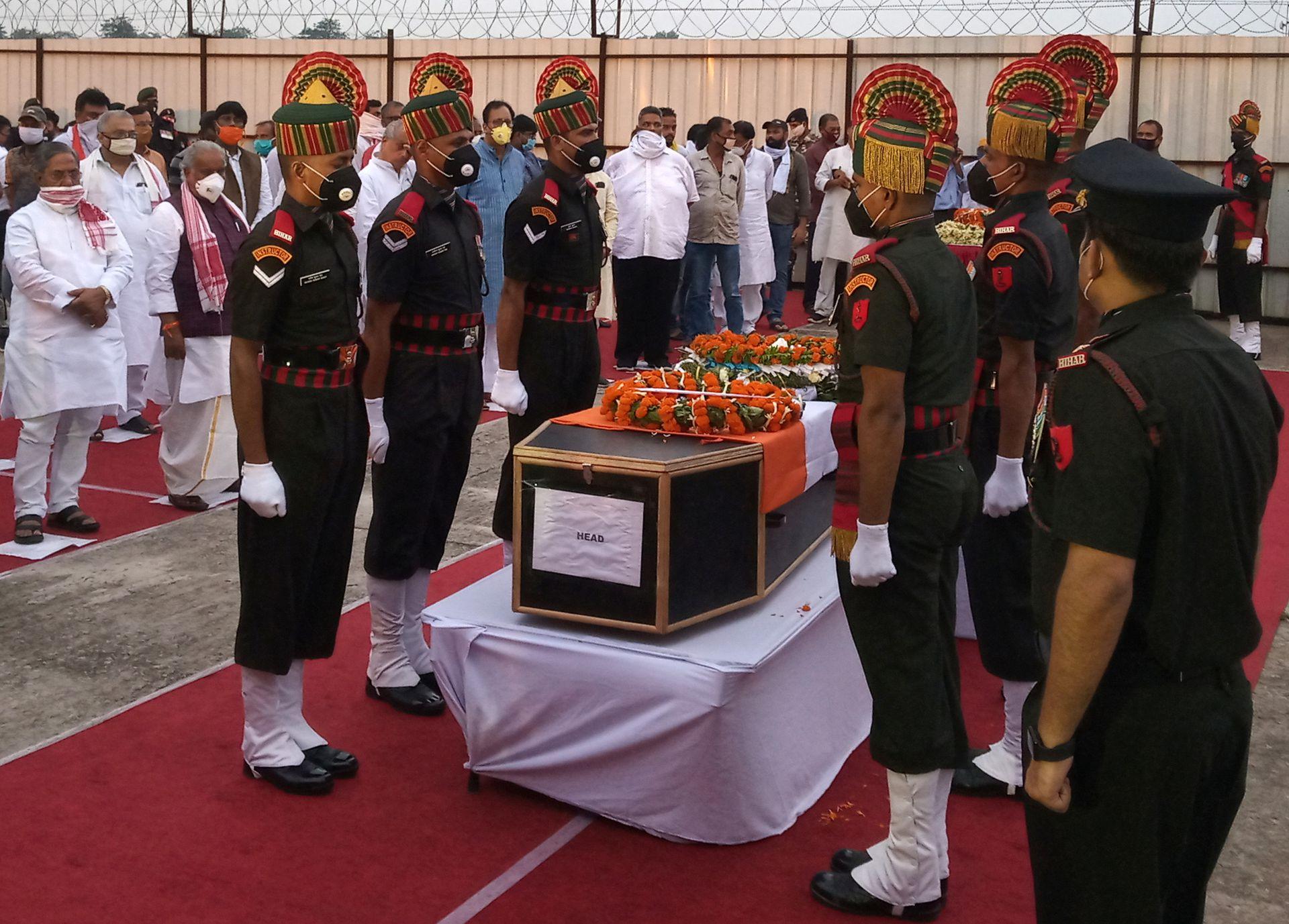 2020年6月17日,在印度巴特那举行的敬献花圈仪式上,部分在此前中印对峙中丧生的印军士兵开始下葬。(路透社)
