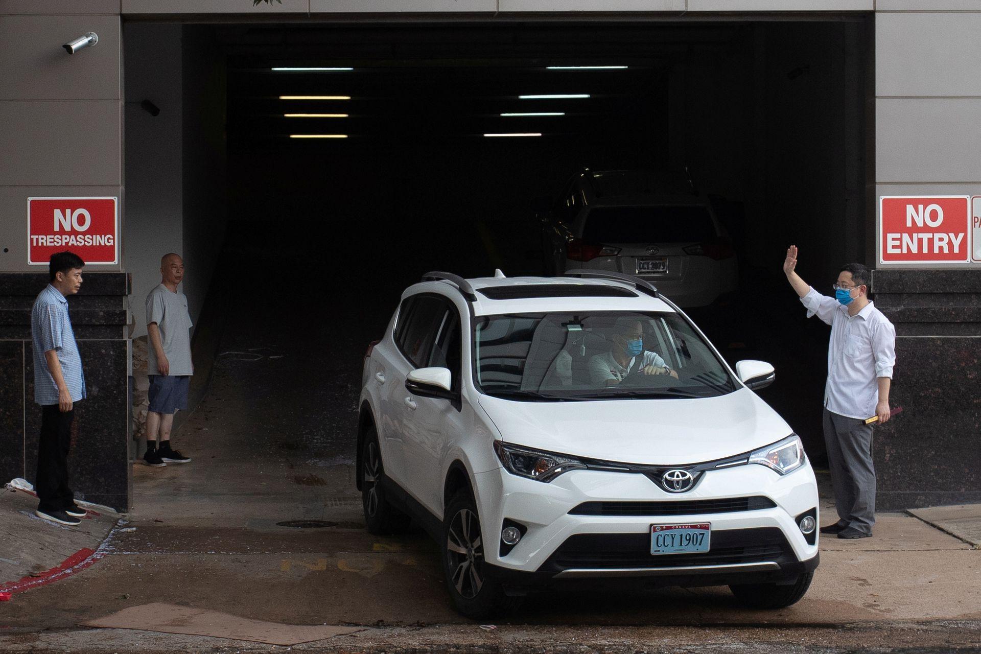 中国驻休斯敦总领馆关闭前,中国官员向即将离去的工作人员挥手致意。(Reuters)
