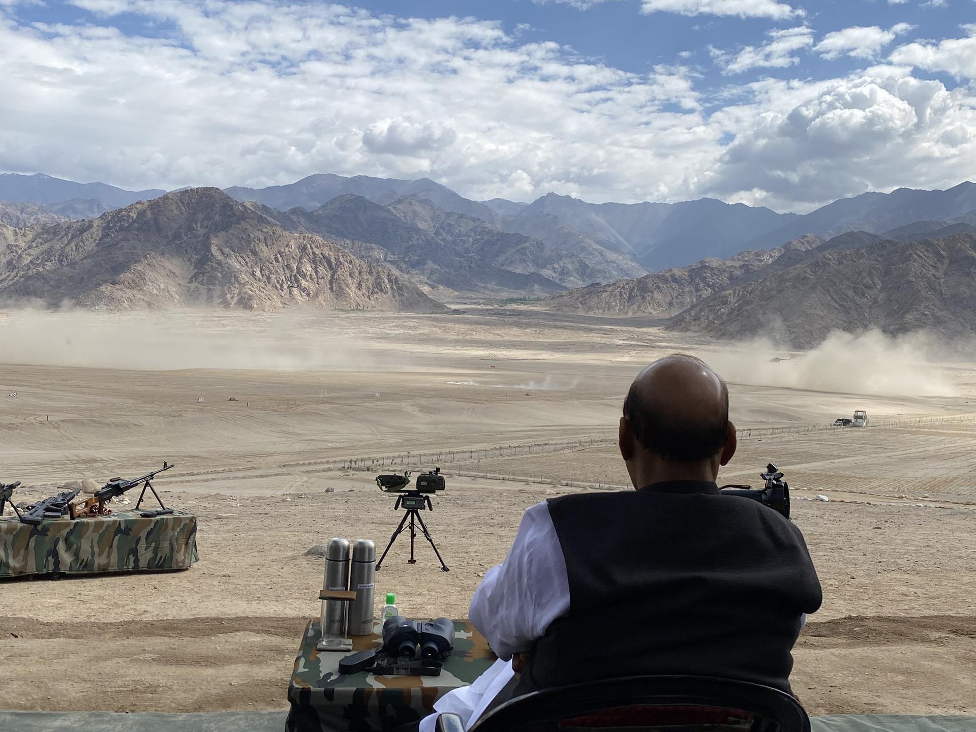 在空旷的高原上,印度军队出动了坦克等重型武器进行军演,场面颇为震撼。(Twitter@DefenceMinIndia)