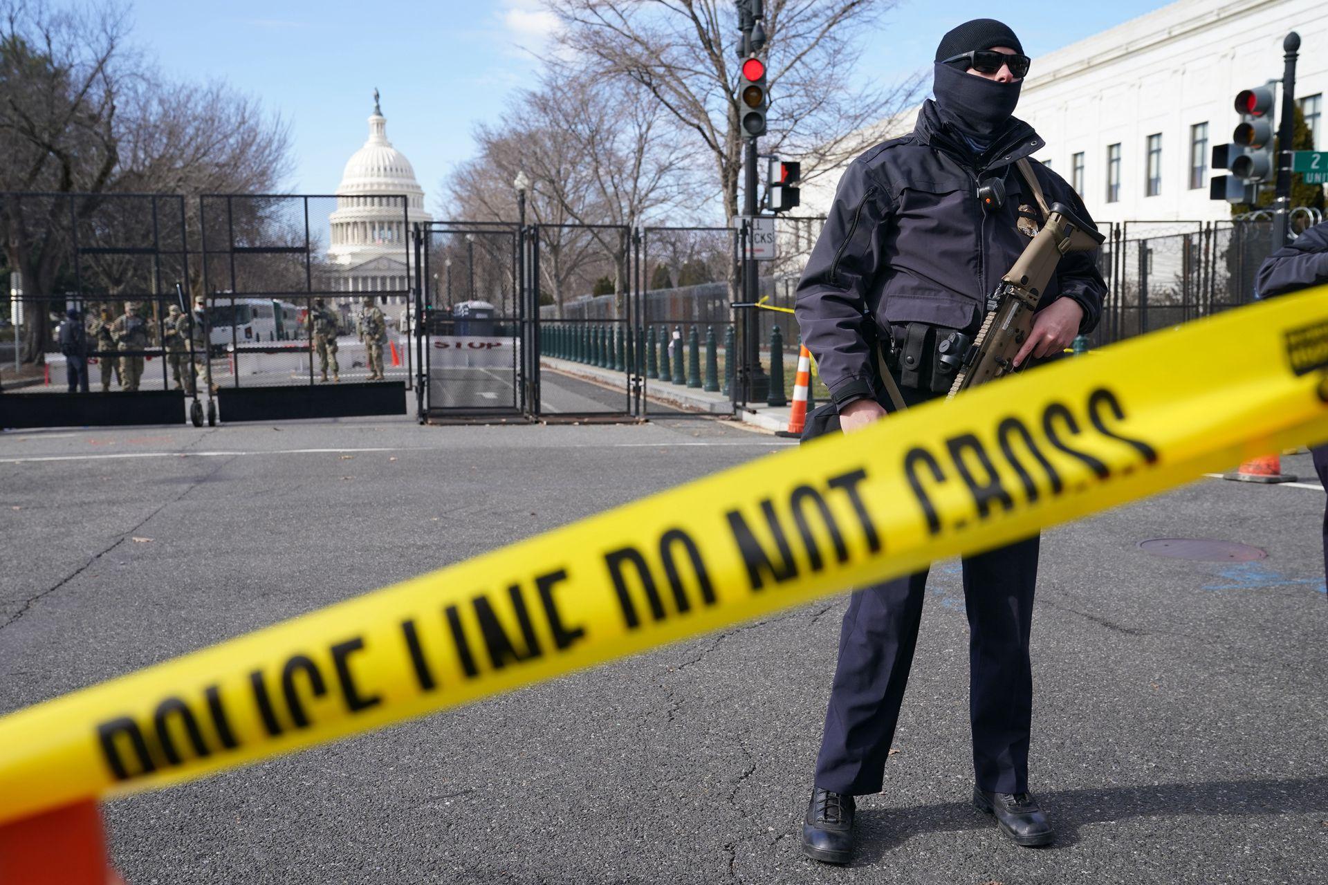 2021年1月16日,在华盛顿的美国国会大厦,一名工作人员正在为拜登的就职典礼做准备。(AP)