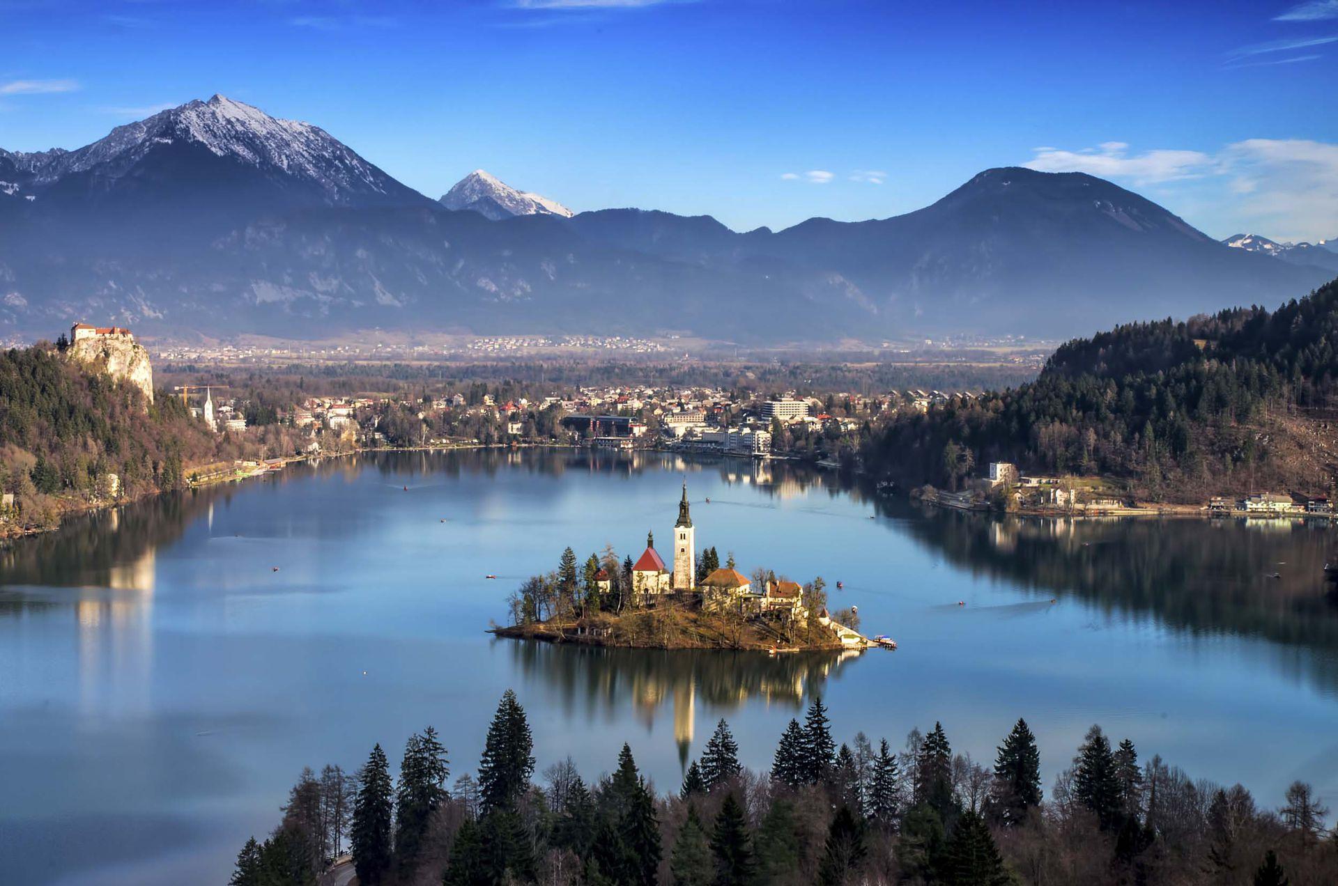 分布于世界各地那些美丽的小镇,每一个都有自己的特色,每一个都让人称奇。斯洛文尼亚的布莱德镇,位于澄澈的布莱德湖的湖心之上,这座童话小镇就这么独自伫立着,只有坐着小船才能到达,仿佛真的与世隔绝。(视觉中国)