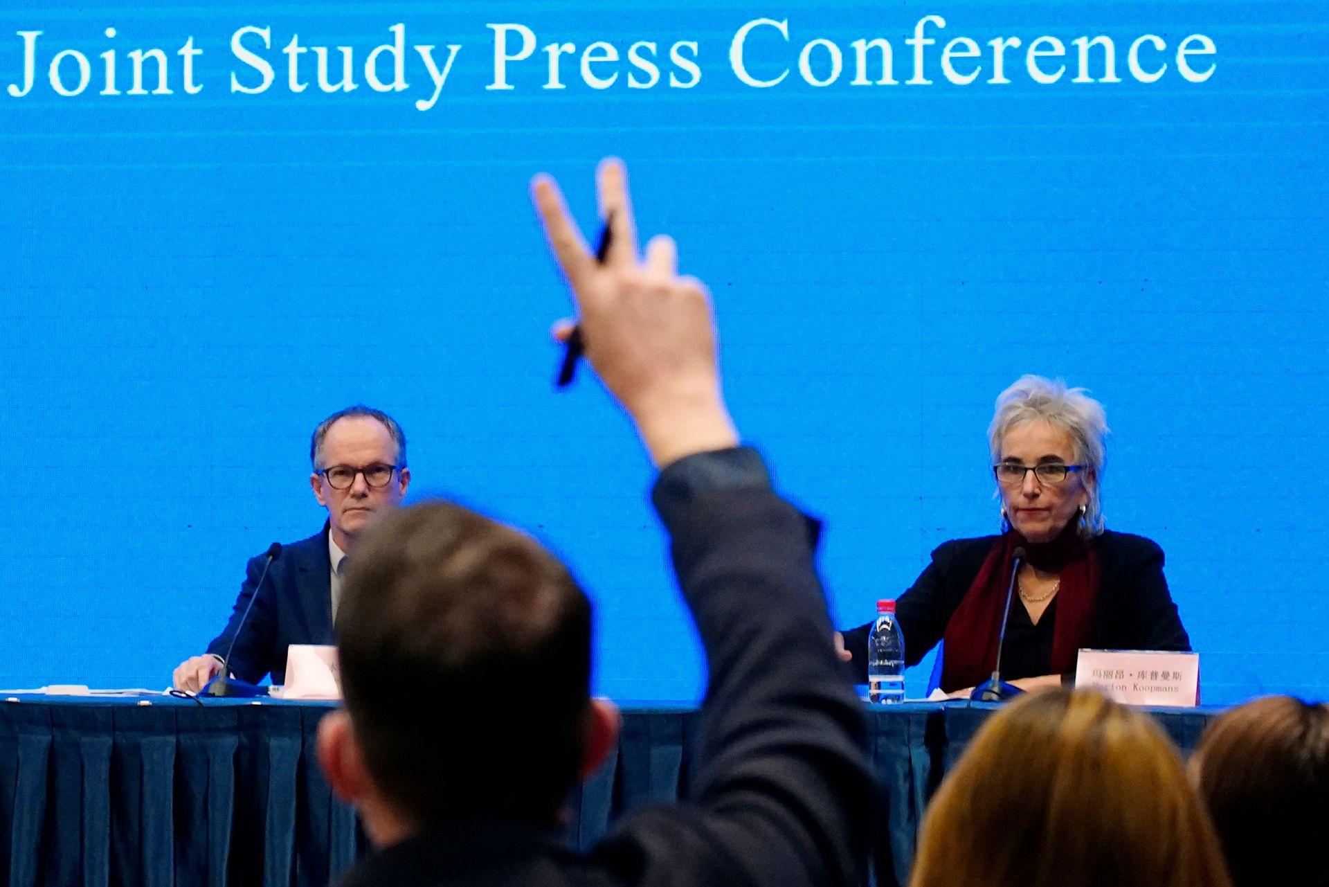 新闻发布会现场,一些媒体记者向世界卫生组织新冠病毒溯源小组组长恩巴雷克提问。(Reuters)
