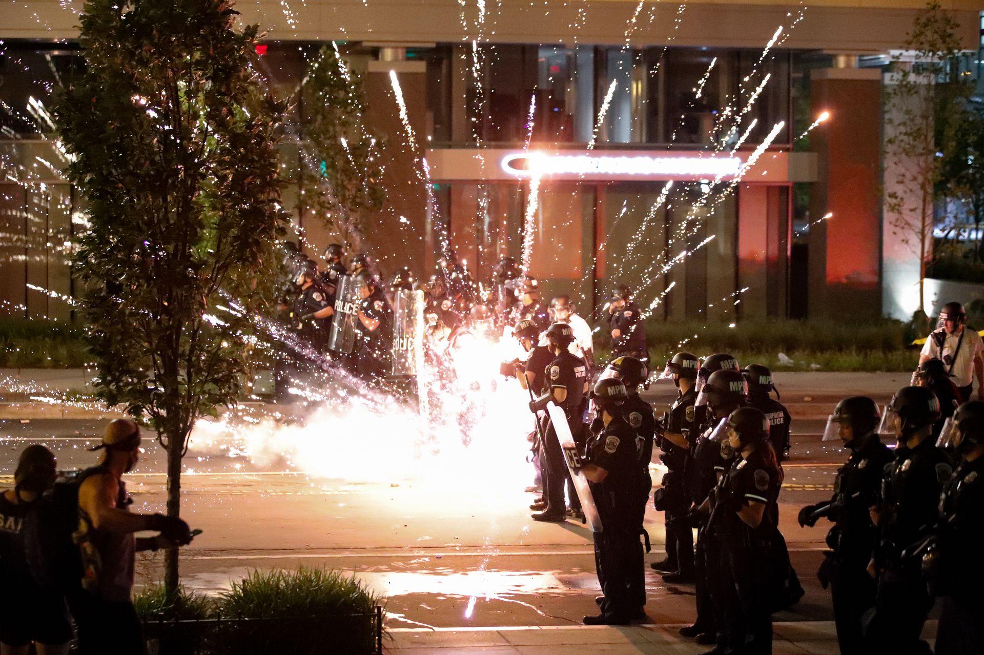 为抗议种族歧视,美国多个城市爆发骚乱。图为示威民众在华盛顿特区与警方对峙。(AP)
