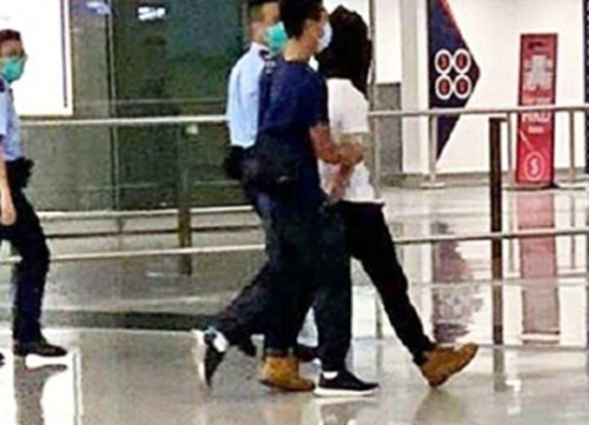 香港警方逮捕嫌犯画面。(微博@励志平头哥)