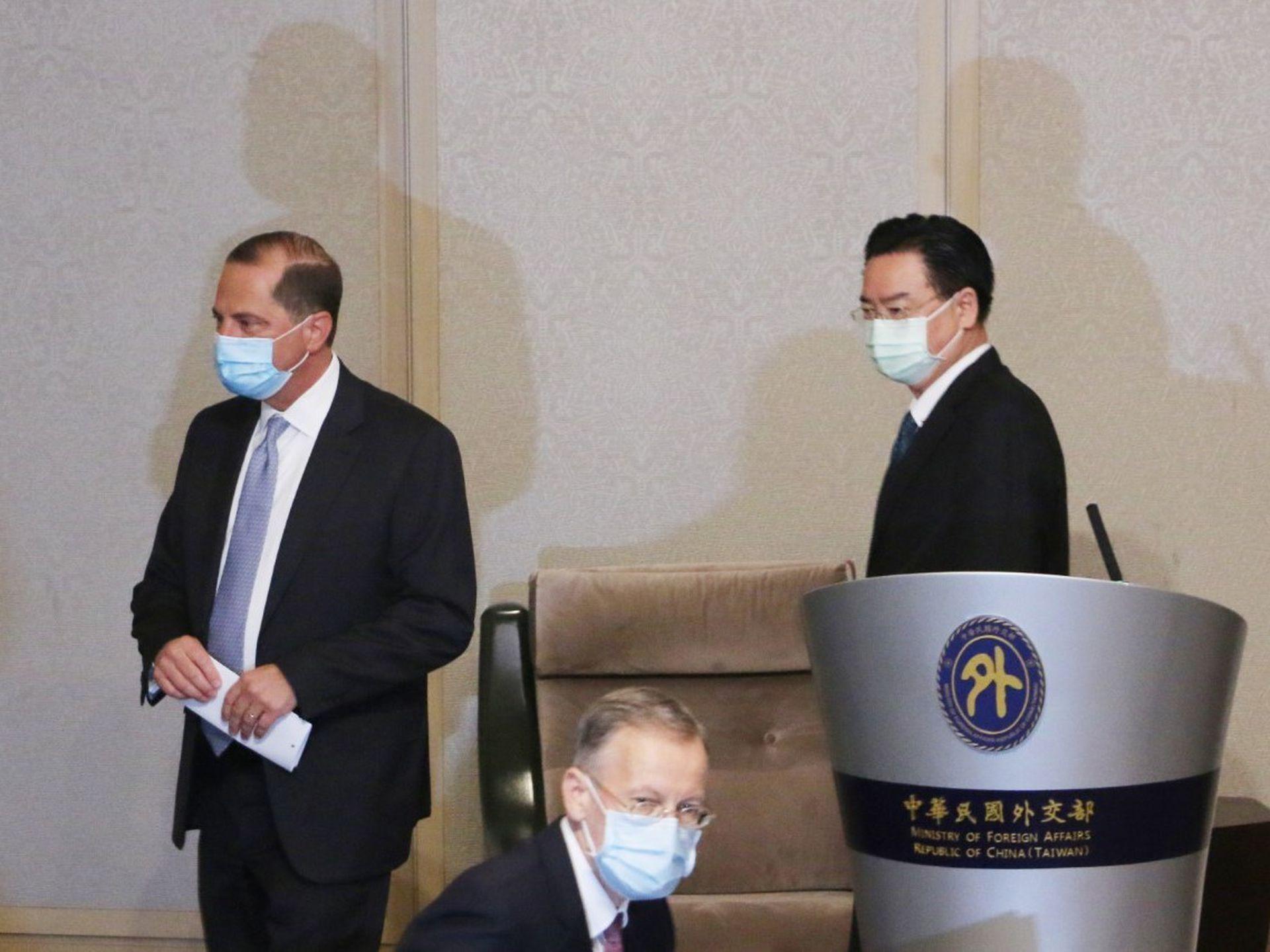 美国卫生部长阿扎(台译阿札尔,Alex Azar)于8月11日公开会见台湾外交部长吴钊燮(右)。(陈卓邦/多维新闻)