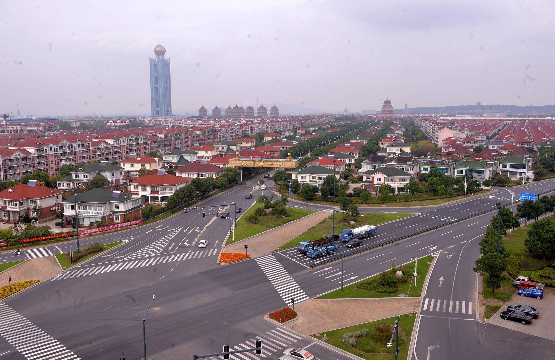 华西村有一座328米的龙希大厦。(VCG)