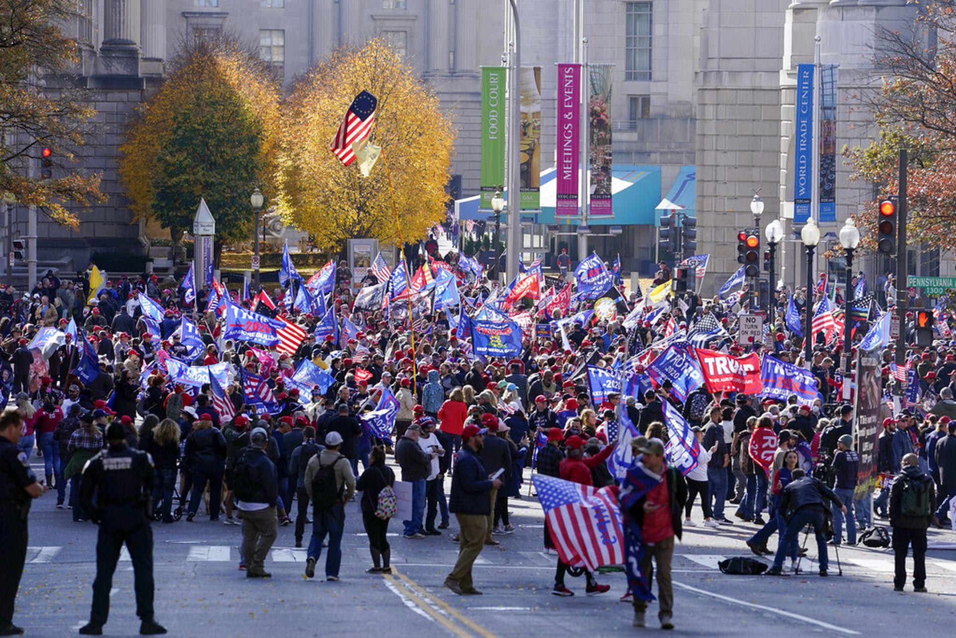 特朗普的支持者11月14日在华盛顿举行游行活动,抗议选举结果。(AP)