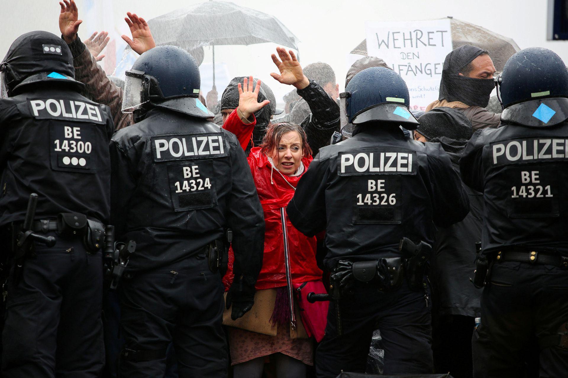 11月18日,德国柏林,示威者举高双手,以示不会冲击。(Christian Mang/路透社)