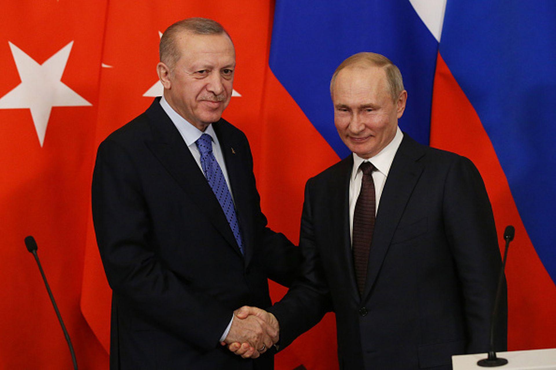 尽管俄土两国在地缘利益上存在诸多矛盾,但双方似乎总能通过精巧的牌底交易避免正面冲突,并进行卓有成效的战略合作。图为2020年3月5日,俄罗斯总统普京在莫斯科接见到访的土耳其总统埃尔多安,双方围绕叙北伊德利卜省局势举行了会谈。(Getty Images)